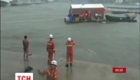 У Китаї евакуювали більше 40 тисяч людей через потужний тайфун