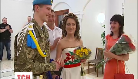 Боец 95 бригады после второго ранения в зоне АТО женился со своей девушкой