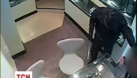 Неизвестные ограбили ювелирный магазин в Англии на 200 тысяч фунтов