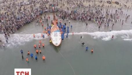На найбільшій дошці для серфінгу помістилися 60 осіб