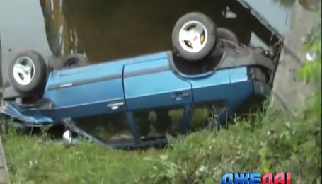 В Червонограде на мосту через реку столкнулись легковушка и мотоцикл