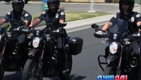 Американские полицейские катаются на батареечных мотоциклах