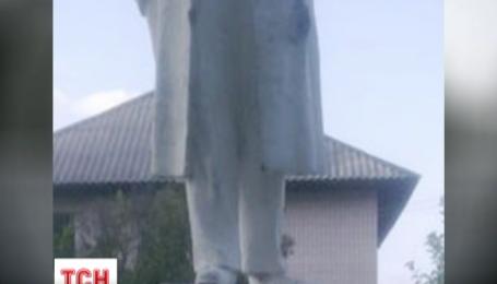 На Харківщині розрізали навпіл чергового Леніна
