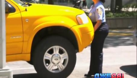 Американские женщины-полицейские силой учат таксистов парковаться