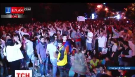 Несколько сотен человек остаются пока на главной площади Еревана
