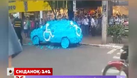 Автомобиль, который припарковался на месте для инвалидов, обклеили цветной бумагой