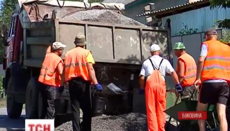 На Буковине жители двух сел самоорганизовались для ремонта дорожного покрытия
