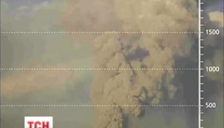 Перуанський вулкан Убінос викидає трикілометровий стовп попелу та диму