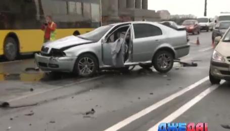 Авария на столичном мосту Патона парализовала движение