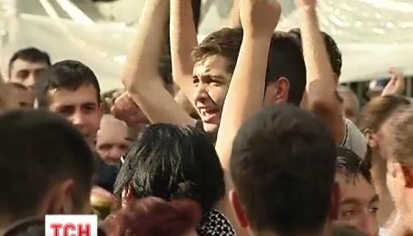 У центрі Єревана залишаються десятки протестувальників
