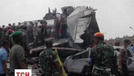 На місці падіння літака на Суматрі продовжують знаходити тіла загиблих