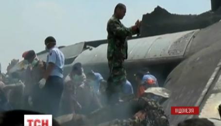 В Індонезії літак впав на житловий квартал