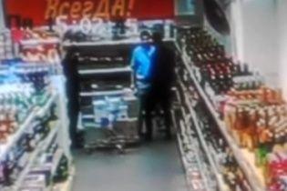 У Москві охоронець побив покупця через зухвалий погляд