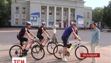 Первый велосипедный патруль выехал на службу в одном из центральных парков Хмельницкого