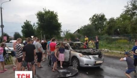 В Луцке посреди улицы во время движения взорвался автомобиль