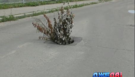 В Харькове дыры в асфальте забивают железной стружкой