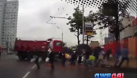 В Москве грузовик въехал в тротуар