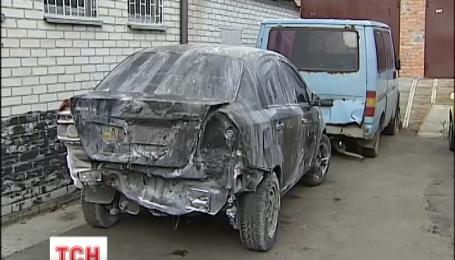 Три человека оказались в больнице из-за пожара на небольшом СТО в Киеве