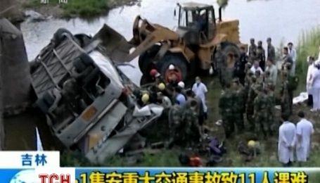 Более 10 человек погибли при падении автобуса с моста в Китае