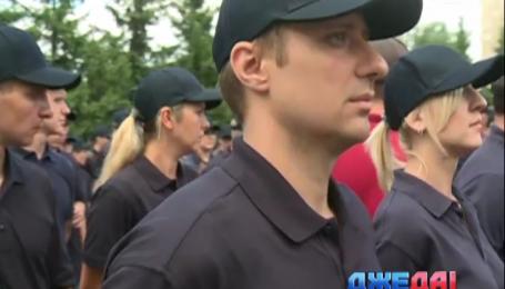 Первая партия украинских полицейских получила дипломы