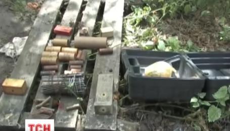 У Києві СБУ виявила в промзоні схованку з 4 кілограмами вибухівки та зброєю
