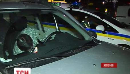 Под Житомиром мужчины в камуфляже побили женщину-волонтера за то, что снимала их на телефон