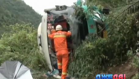 В Китае пассажирский автобус упал на чайную плантацию