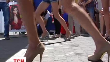 Во Львове почти полторы сотни девушек бежали стометровку на высоких каблуках
