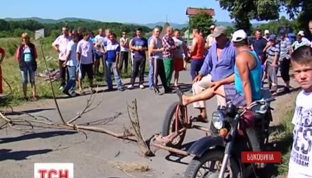На Буковині жителі трьох сіл перекрили дорогу, щоб привернути увагу до її жахливого стану