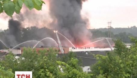 В Кливленде пожарные борются с пожаром на заводе