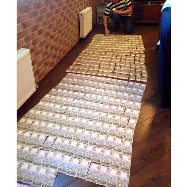 """Розкішні діаманти та """"килим"""" із доларів: фото хабарів затриманих високопосадовців прокуратури"""