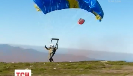 Українські бійці стрибнули з парашутом на Говерлу