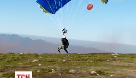 Бійці АТО стрибнули з парашутом на Говерлу