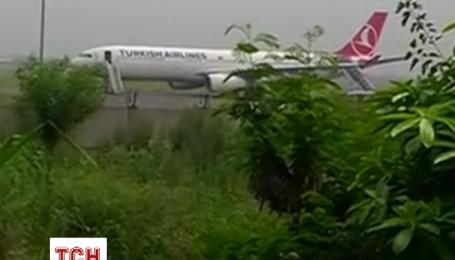 Літак турецьких авіаліній здійснив аварійну посадку через замінування