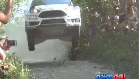 На гонках в Польше автомобиль взлетел в воздух