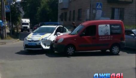 В Киеве патрульное авто столкнулось с легковым автомобилем