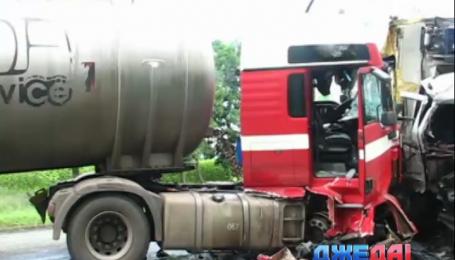 На Днепропетровщине столкнулись два грузовика