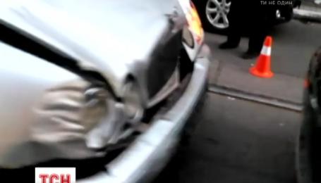 В Киеве «Mercedes» с военными номерами протаранил «Porsche Cayenne»