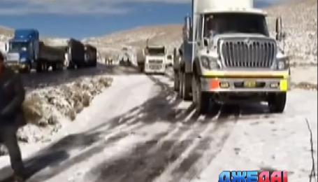 Дороги Перу посреди лета засыпало снегом