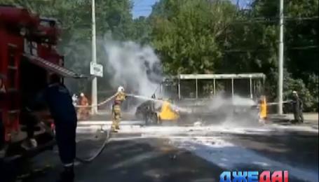 В Сумах микроавтобус загорелся прямо во время движения
