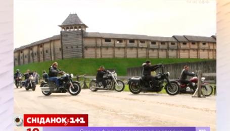 Олександр Пікалов і його друзі-байкери влаштовують пікнік у Парку Київська Русь