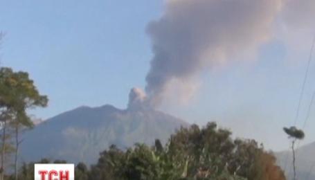 Тисячі туристів застрягли на курортах Індонезії через вулкан
