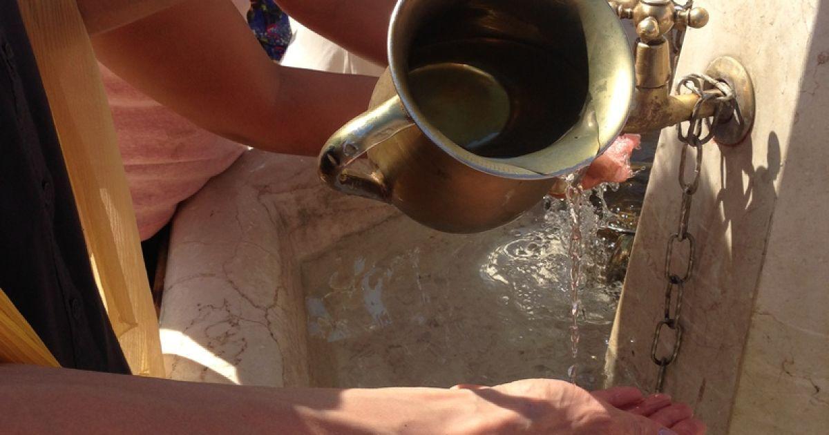 Глечик з водою, аби омити руки у Стіни Плачу @ Фото: Мирослава Ульяніна