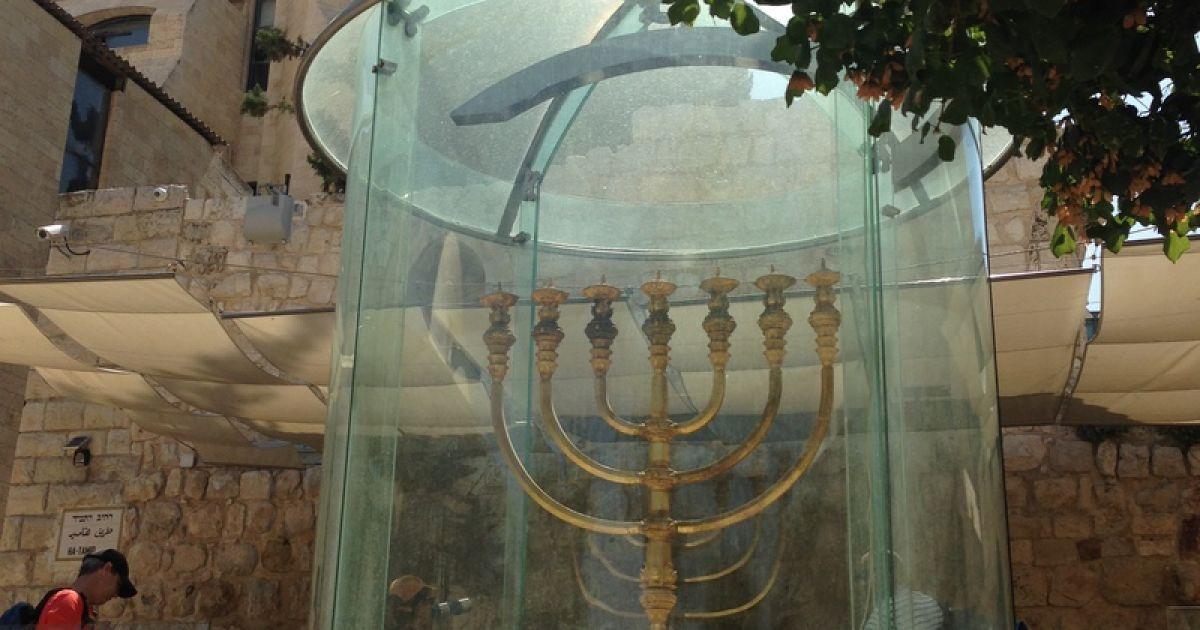 Кілограмова Менора із золота, споруджена неподалік Стіни Плачу @ Фото: Мирослава Ульяніна