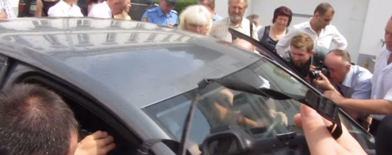 У Полтаві натовп обурених мітингувальників з кулаками та лайкою напав на мера (відео)