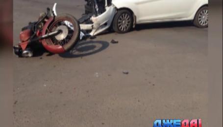 На одном из перекрестков Харькова столкнулись легковушка и мотоцикл