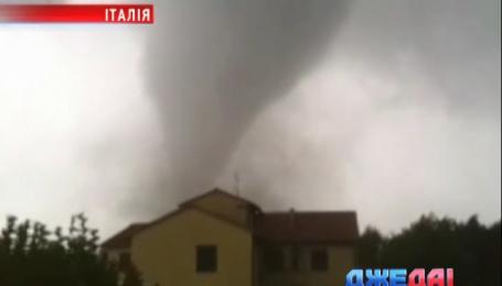 В Венеции торнадо поднимал в воздух автомобили