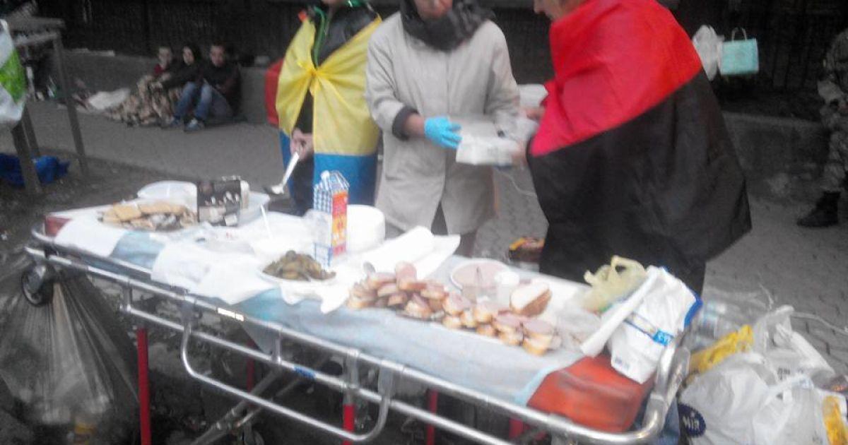 На Банковой митингующих подкармливают бутербродами @ Facebook/Богдан Тицкий