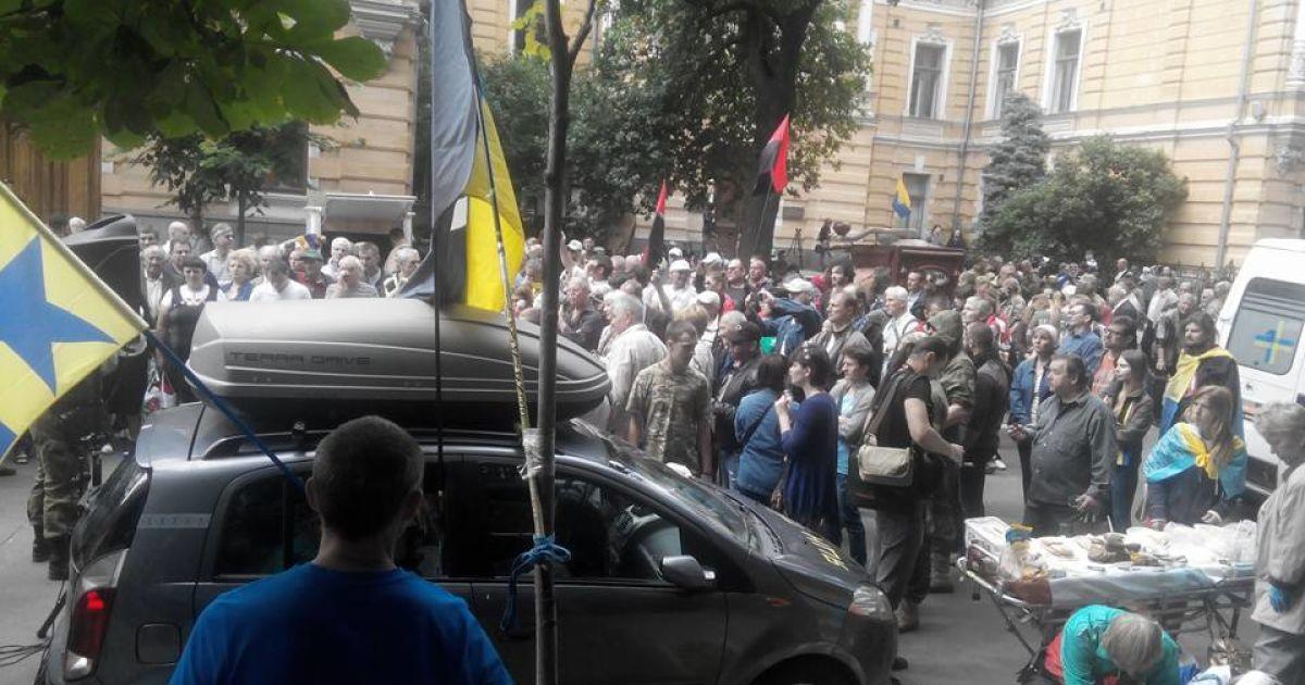 Митингующие на Банковой не расходятся с ночи @ Facebook/Богдан Тицкий