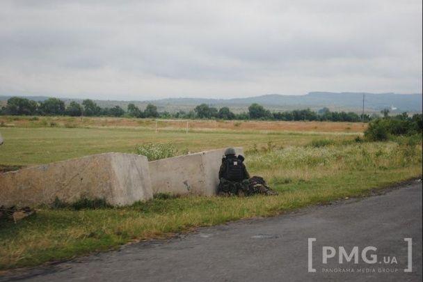 У Мережі з'явилися фото з оточеного силовиками села під Мукачевим